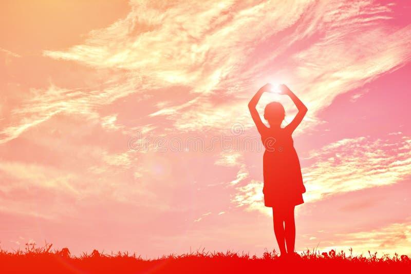 Silhouet gelukkig meisje bij zonsondergang royalty-vrije stock foto