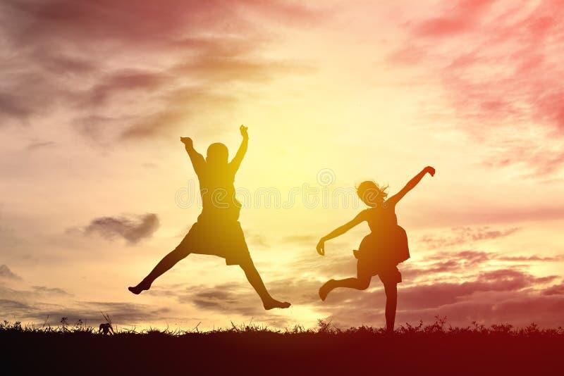 Silhouet gelukkige kinderen stock afbeeldingen