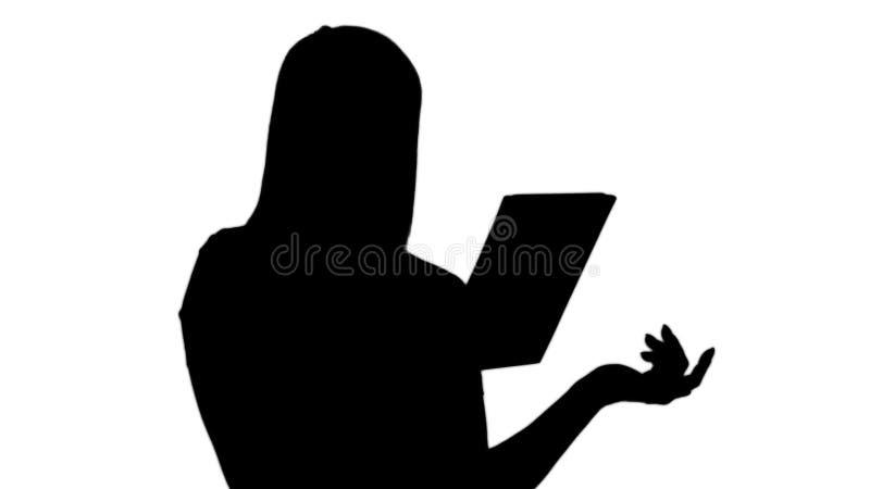 Silhouet Gelukkige vrouw die over een videogesprek, door een tablet babbelen te gebruiken stock afbeelding