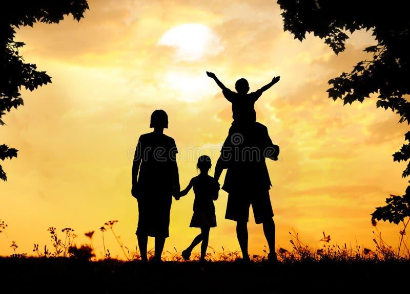 Silhouet, groep gelukkige kinderen op weide, zonsondergang stock afbeeldingen