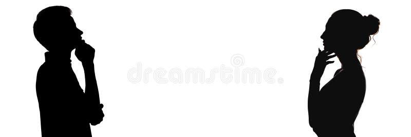 Silhouet hoofdprofiel van de peinzende jonge mens en vrouw tegenover elkaar, tienerjongen en een meisje die, oppositie van denken stock foto