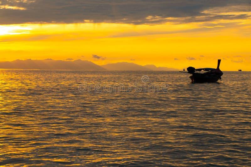 Silhouet houten boot op overzees met schemering mooie kleur als achtergrond en overzees tweekleppig schelpdier op dit ogenblik royalty-vrije stock afbeelding