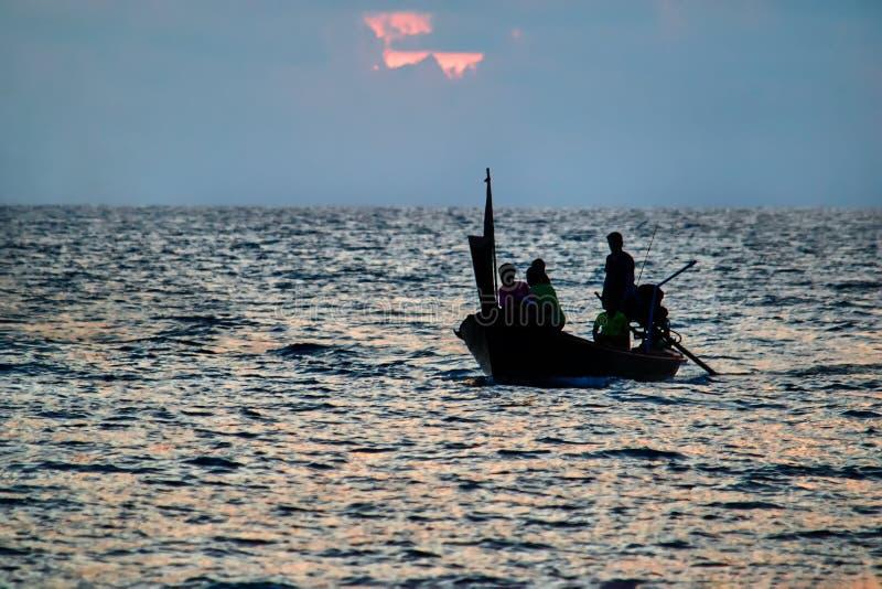 Silhouet houten visserij longtail boot bij zonsondergang in tropische overzees Zeegezicht Concept het inheemse leven in Azië royalty-vrije stock foto's
