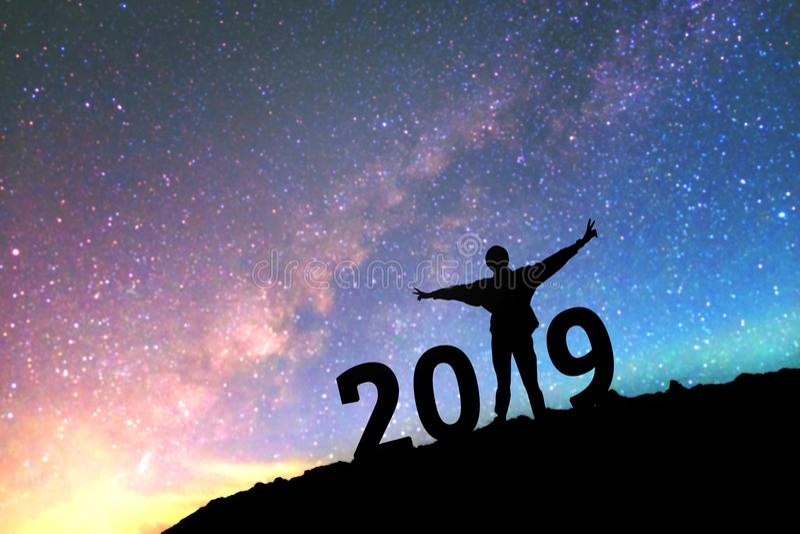 Silhouet jonge mens Gelukkig voor nieuwe het jaarachtergrond van 2017 op royalty-vrije stock afbeeldingen