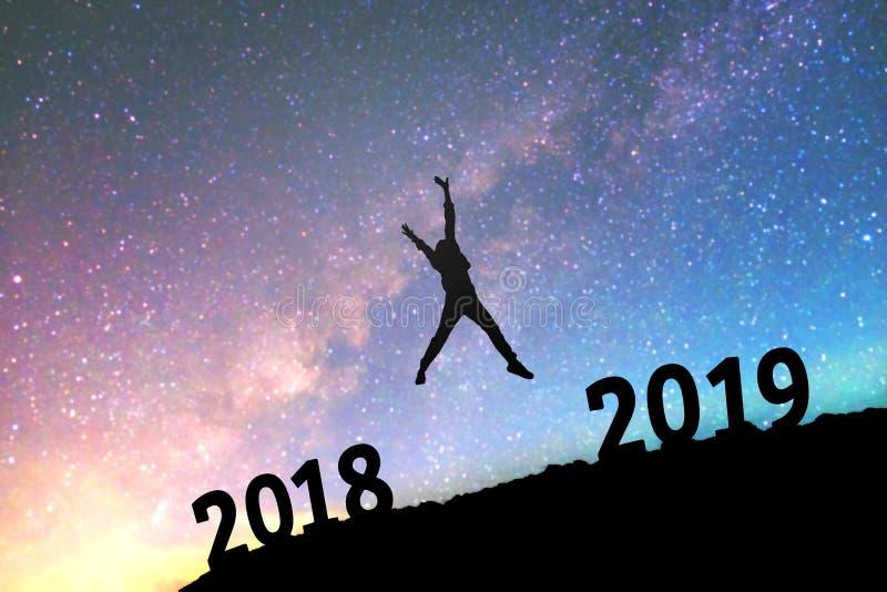 Silhouet jonge mens Gelukkig voor nieuwe het jaarachtergrond van 2019 op stock foto's