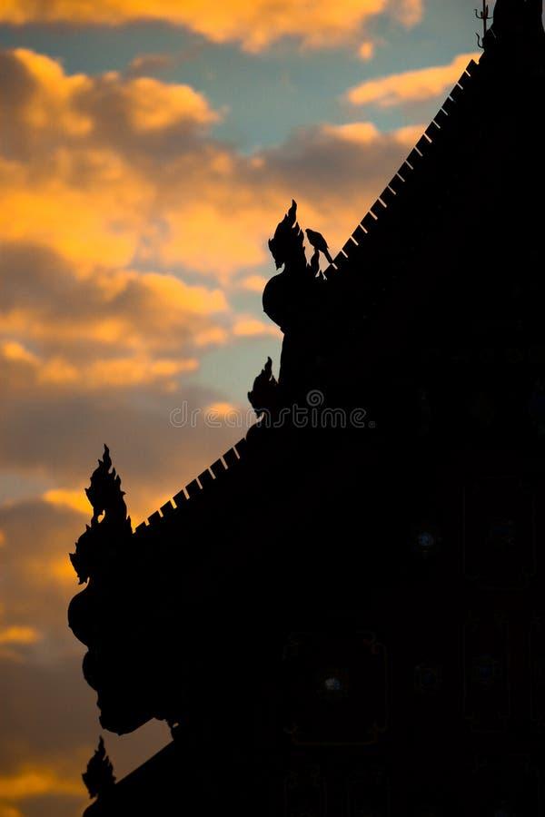 Silhouet mooi dak van traditionele Thaise tempel royalty-vrije stock foto's