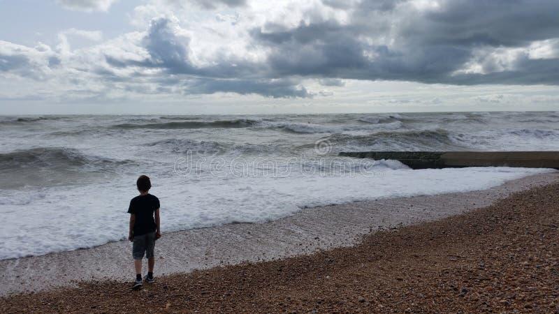 Silhouet op strand stock foto's