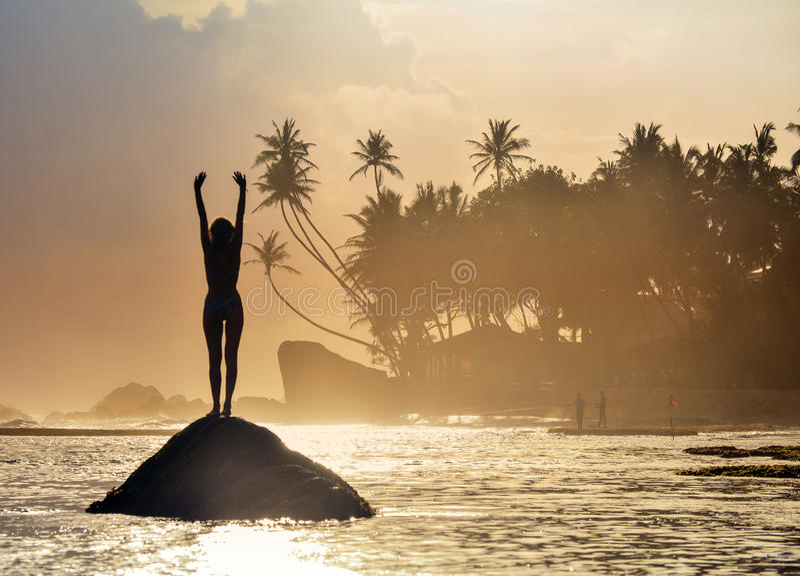 Silhouet op tropisch strand stock afbeelding