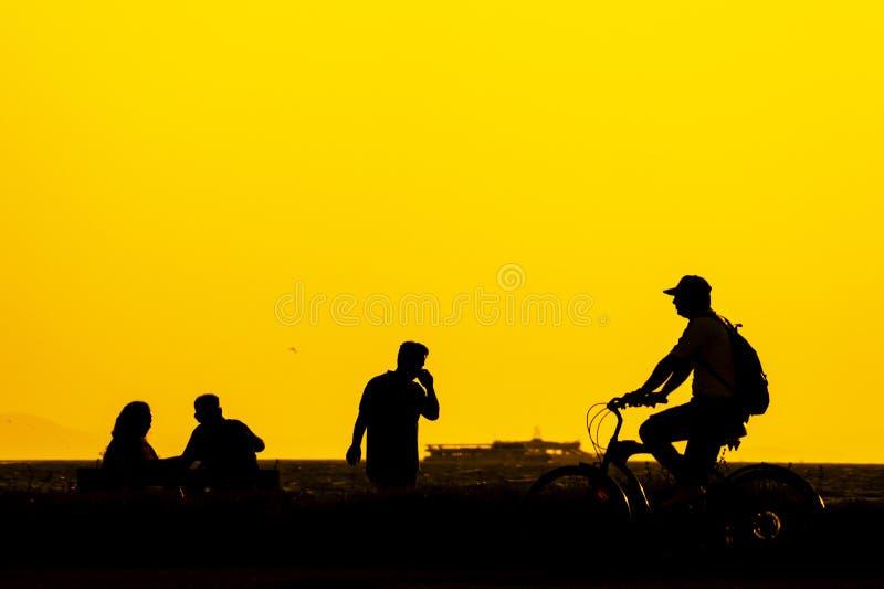 Silhouet pople in Izmir stock foto's