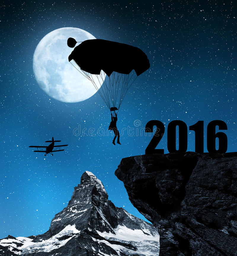 Silhouet skydiver parachutist die binnen aan het Nieuwjaar 2016 landen royalty-vrije stock foto