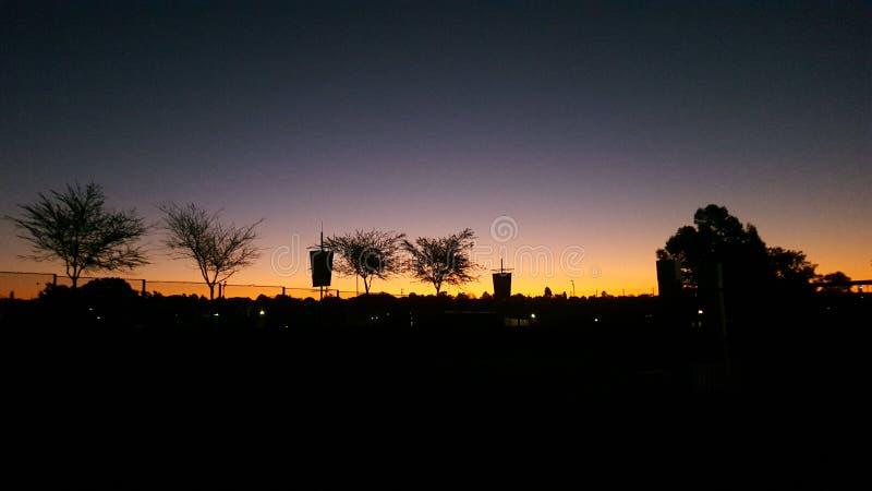 Silhouet tegen de zonsondergang royalty-vrije stock fotografie