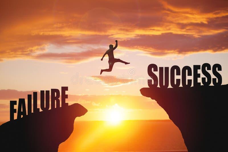 Silhouet van bedrijfsmensensprong aan succestekst stock foto