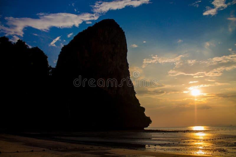 Silhouet van bergklip bij zonsondergang bij de overzeese strandtoevlucht in Thailand, Krabi, Railey en Tonsai stock foto's