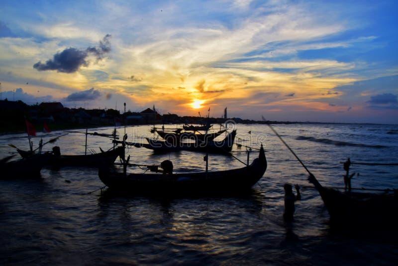 Silhouet van Boten tijdens Zonsondergang stock foto