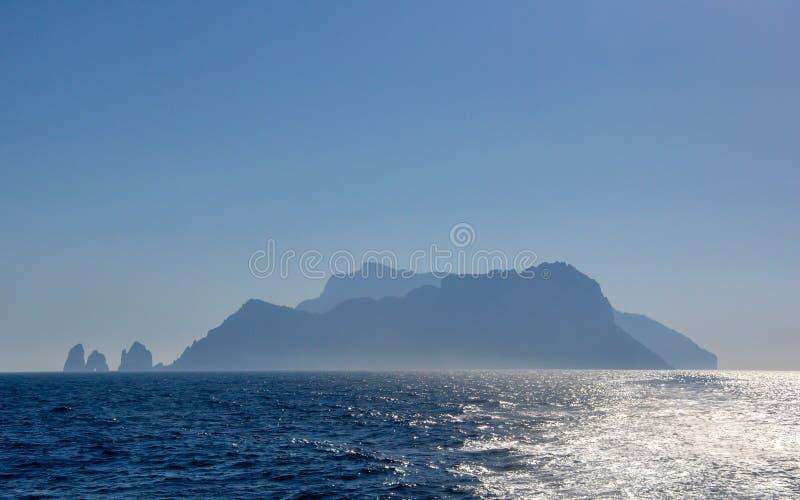 Silhouet van Capri-eiland bij schemer van een afstand stock afbeelding