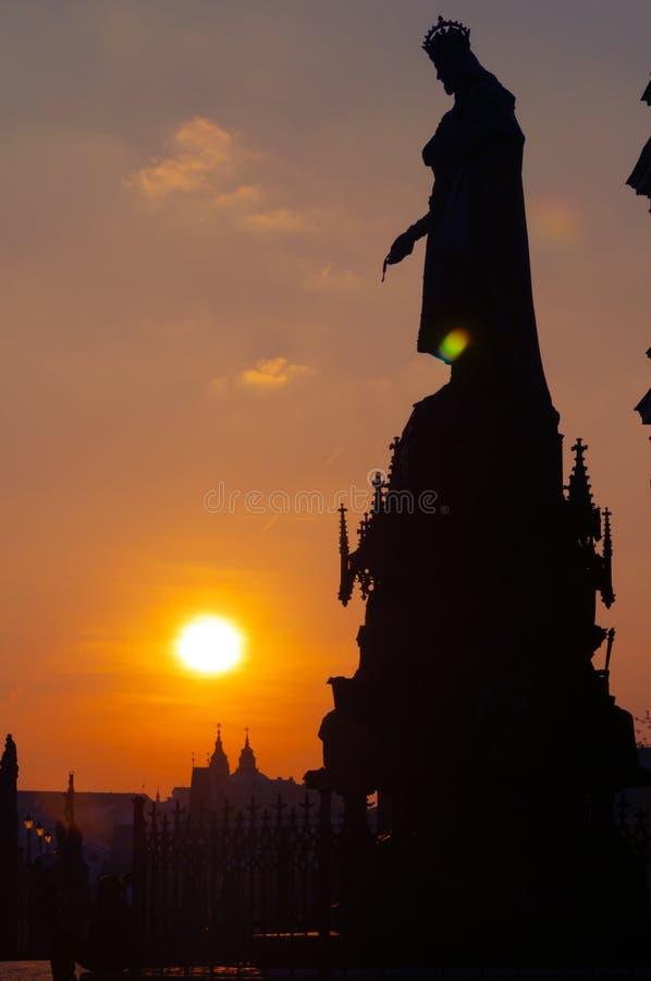 Silhouet van Charles IV standbeeld in Praag bij zonsondergang royalty-vrije stock fotografie