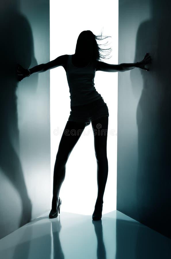 Silhouet van dansend meisje royalty-vrije stock foto's