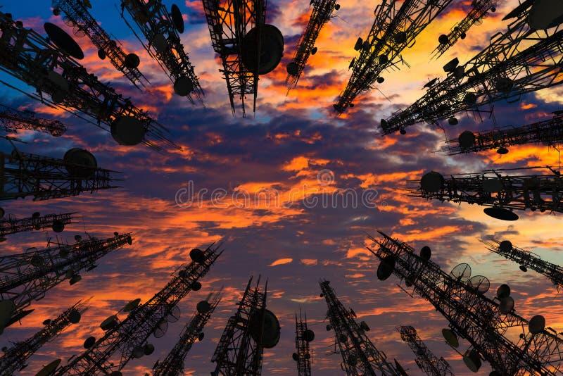 Silhouet van de antenne van cellulaire celtelefoon en communicati stock fotografie