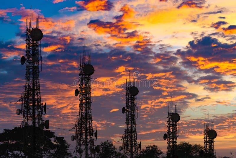 Silhouet van de antenne van cellulaire celtelefoon en communicati royalty-vrije stock foto's
