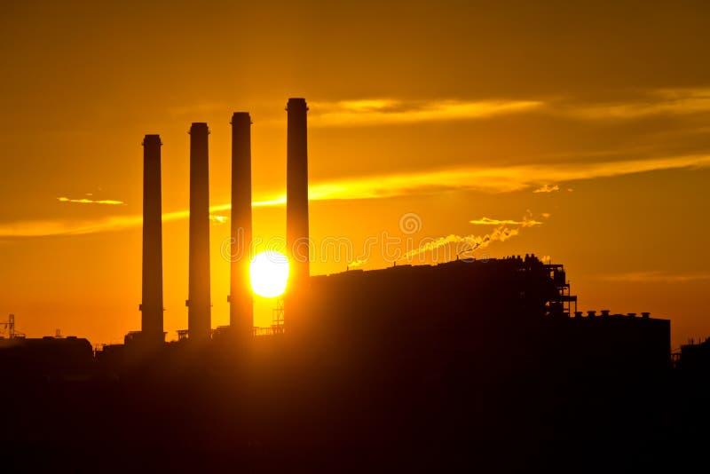 Silhouet van de elektroelektrische centrale van de gasturbine royalty-vrije stock afbeeldingen