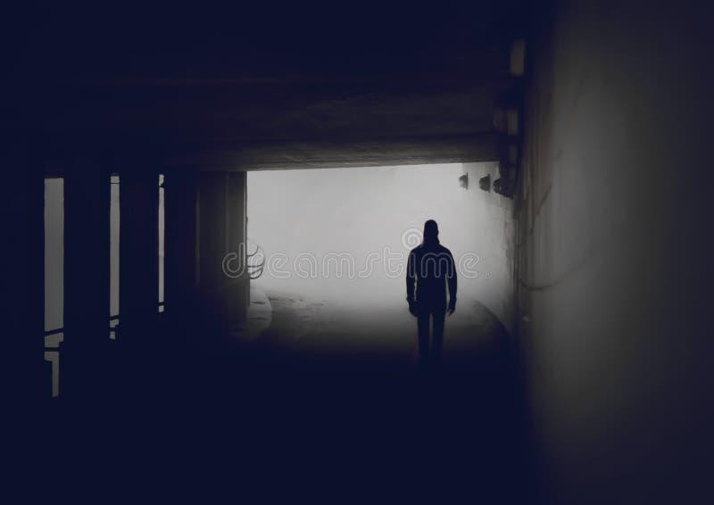 Silhouet van de geheimzinnige mens in nevelige tunnel royalty-vrije stock foto's
