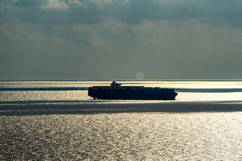 Silhouet van de grote ankers van het containerschip in het overzees stock afbeeldingen