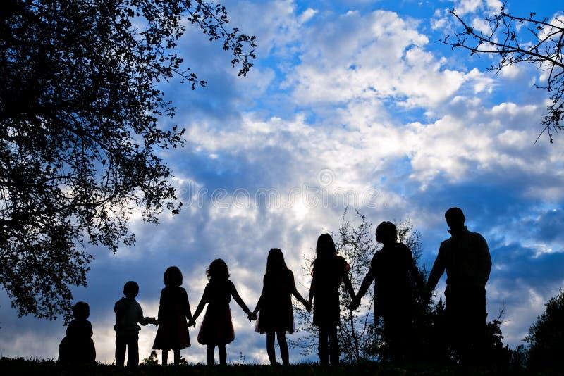 Silhouet van de handen van een familieholding royalty-vrije stock foto