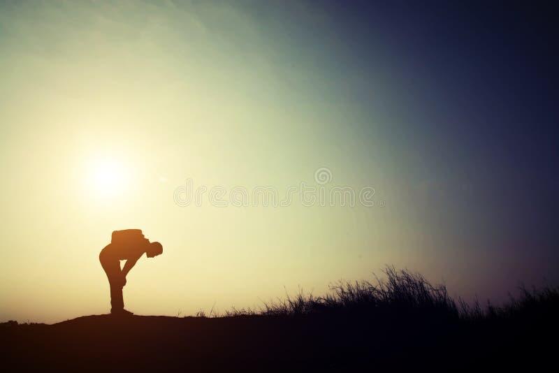 Silhouet van de jonge die mens voor het lopen alleen met zijn backpac wordt vermoeid royalty-vrije stock foto