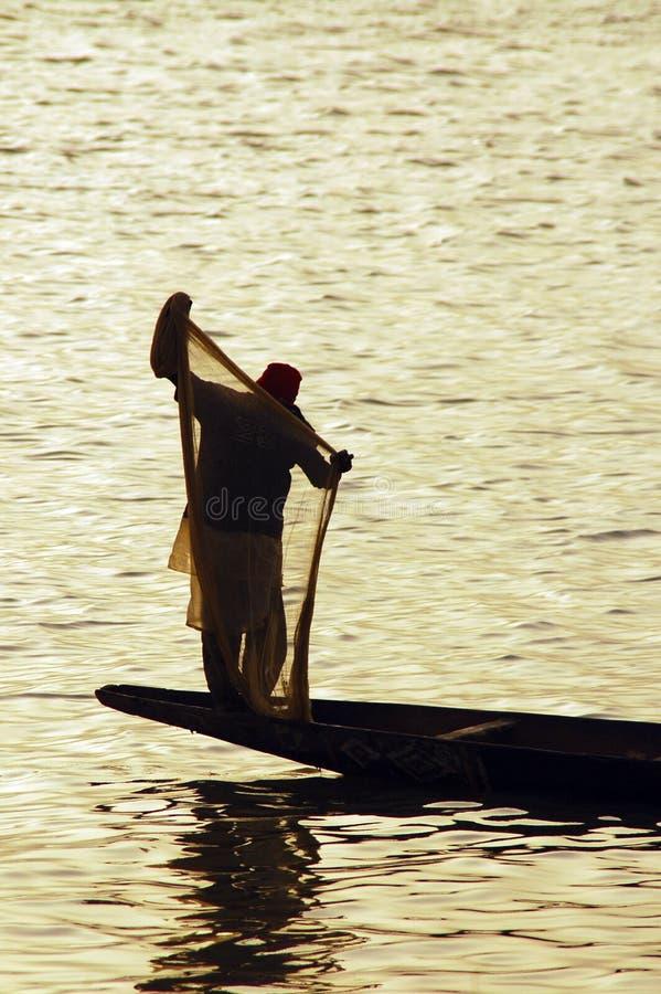 Silhouet van de mens met visserijnet stock afbeeldingen