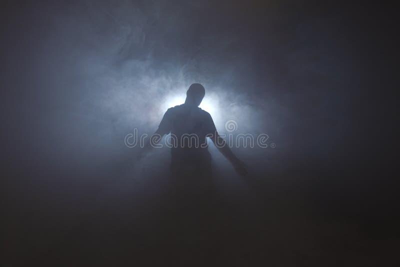 Silhouet van de mens in mist royalty-vrije stock afbeeldingen