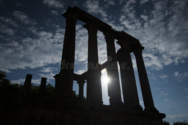 Silhouet van de roman tempel in Evora, Portugal royalty-vrije stock foto's