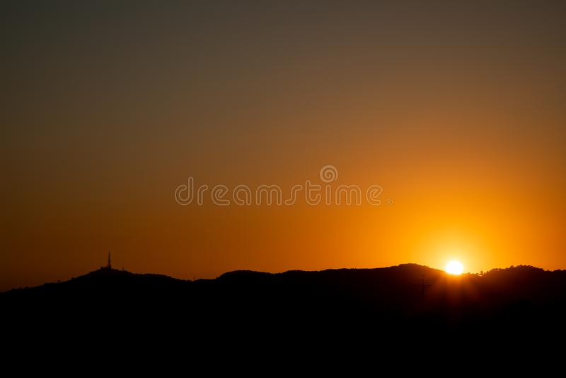 Silhouet van de stad van Barcelona tijdens zonsondergang royalty-vrije stock afbeelding
