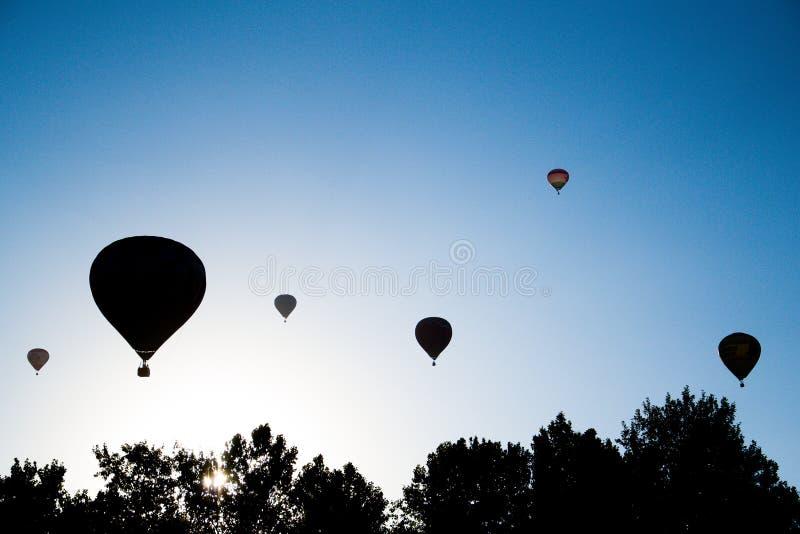 Silhouet van de start van luchtballons stock foto