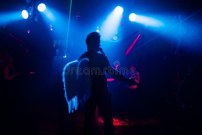 Silhouet van de zanger bij een levend overleg bij de club bij de gebeurtenis tegen de menigte stock fotografie