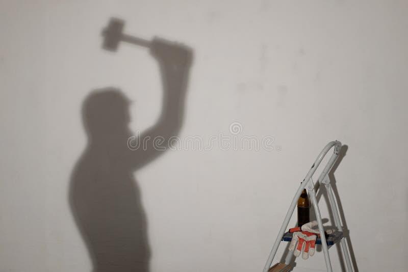 Silhouet van een arbeider met de hamer royalty-vrije stock foto