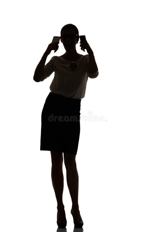 Silhouet van een bezige bedrijfsvrouwen backlight studio royalty-vrije stock foto