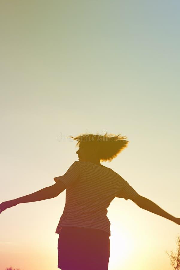 Silhouet van een dansende vrouw bij zonsondergang royalty-vrije stock foto's