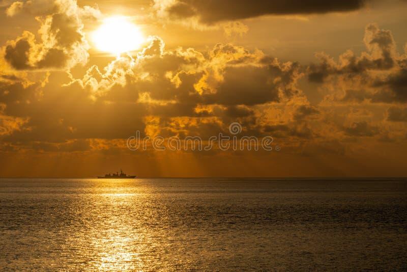 Silhouet van een van de oorlogsschip misschien fregat of torpedojager zeilen langs de handelsroute om nationale middelen tegen on stock foto's