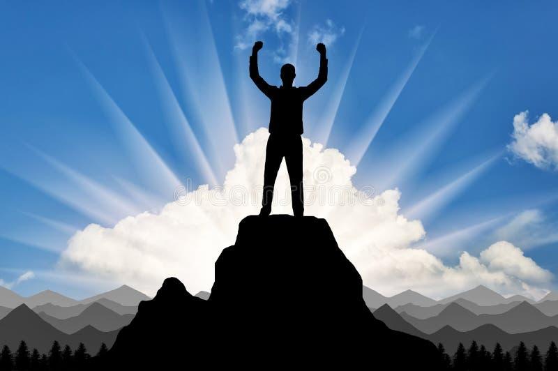 Silhouet van een gelukkige klimmer bovenop een berg die hij veroverde stock fotografie