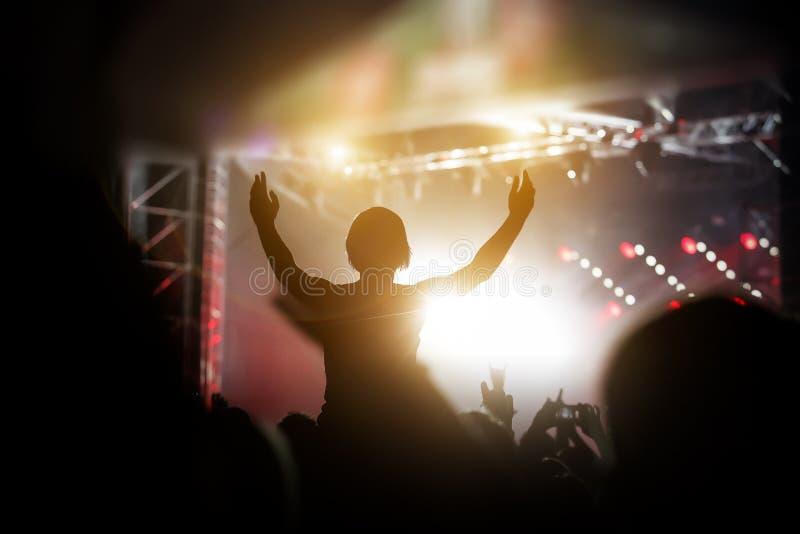 Silhouet van een gelukkige mens bij het de zomerfestival, goed tijdverdrijf stock afbeeldingen