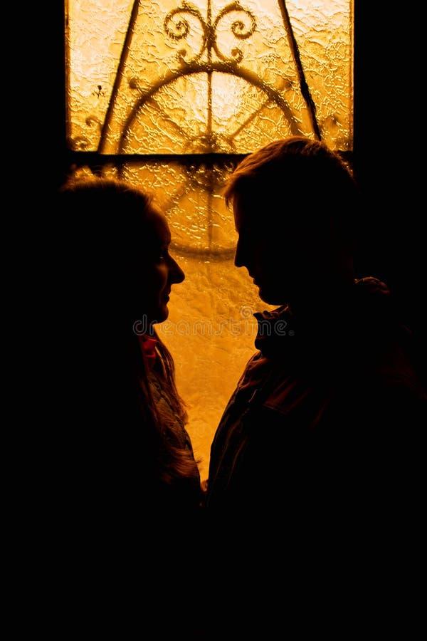 Silhouet van een houdend van paar De minnaars omhelzen in dark Silhouet van een kerel met een meisje Het fotoportret van minnaars royalty-vrije stock afbeeldingen
