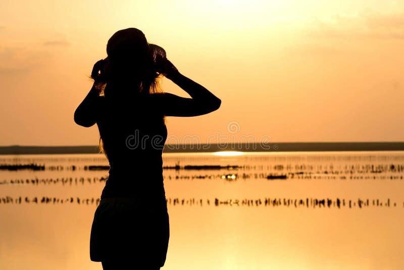Silhouet van een jong meisje op het overzees royalty-vrije stock afbeelding