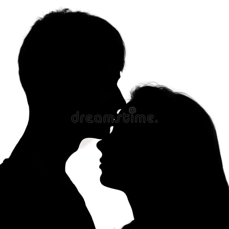 Silhouet van een jong paar in liefde. stock foto