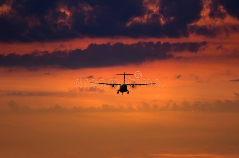Silhouet van een landend vliegtuig royalty-vrije stock foto
