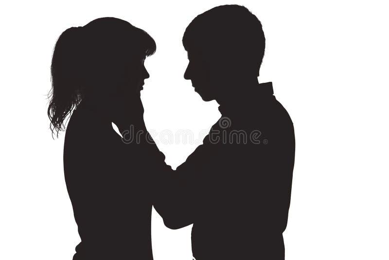 Silhouet van een man wat betreft het gezicht van zijn geliefde vrouw o stock fotografie