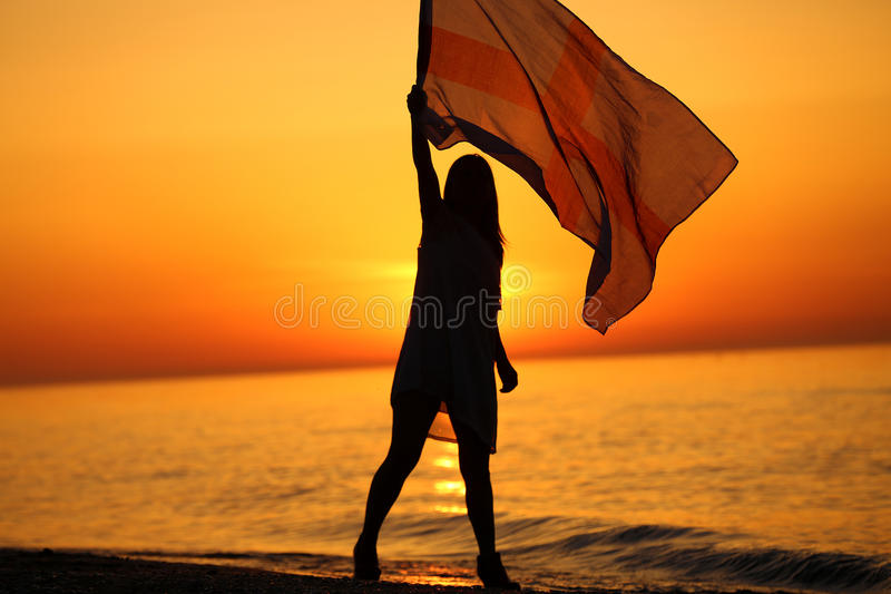Silhouet van een meisje die met een vlag dansen royalty-vrije stock fotografie