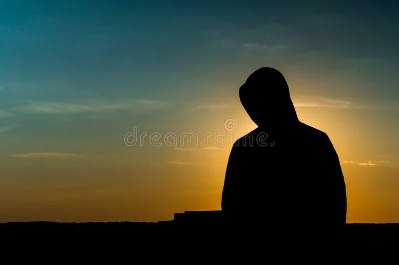 Silhouet van een Mens bij dageraad stock foto