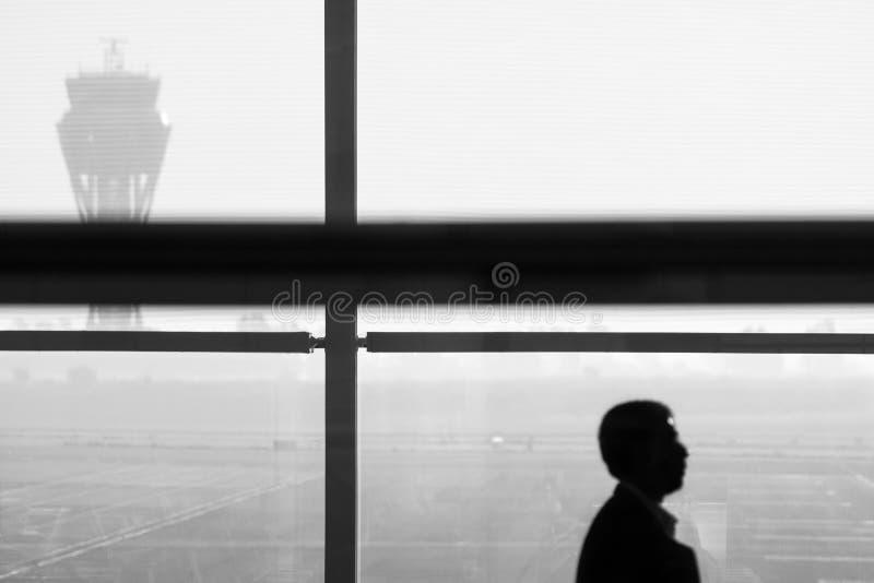 Silhouet van een mens bij de luchthaven stock afbeelding