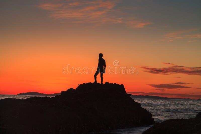Silhouet van een Mens bij Zonsondergang royalty-vrije stock foto's