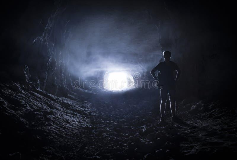 Silhouet van een mens in een hol stock afbeelding